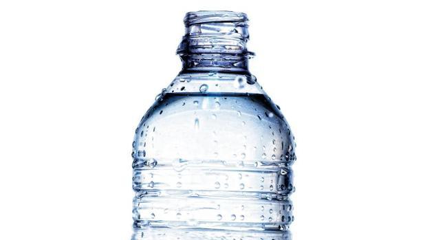 Una botella de agua mineral