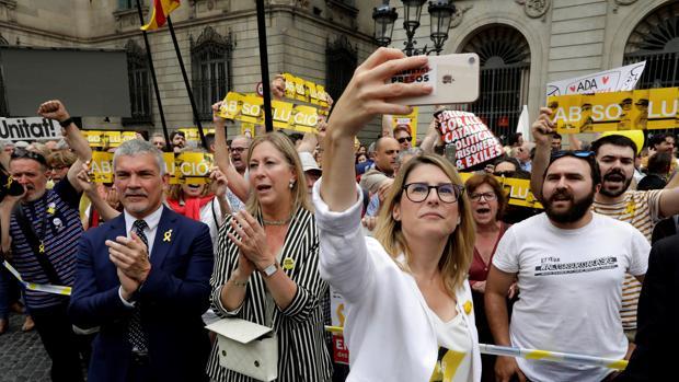 Dirigentes independentistas en la plaza Sant Jaume de Barcelona antes del pleno de investidura