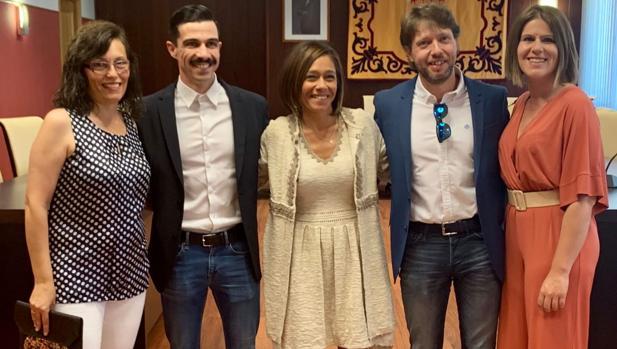 Charo Navas (en el centro), del PSOE, nueva alcaldesa de Olías del Rey con la ayuda de Ciudadanos