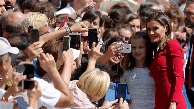 La Princesa saluda al público en Covadonga en presencia de la Reina