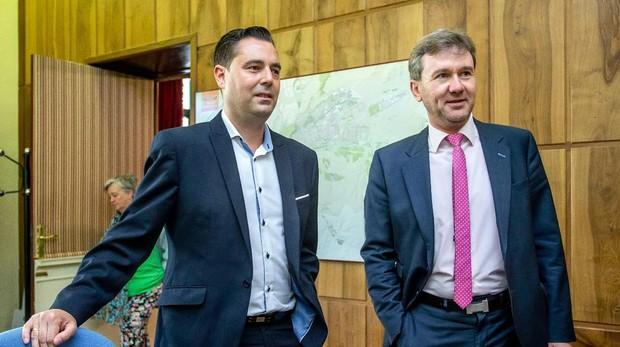 El nuevo alcalde de Burgos, Daniel de la Rosa, junto al popular Javier Lacalle