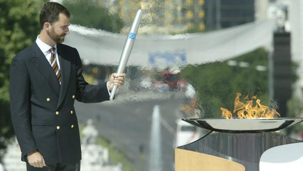 Don Felipe, entonces Príncipe de Asturias, sostiene la antorcha olímpica