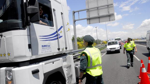 Agentes de la Guardia Civill controlando el tráfico