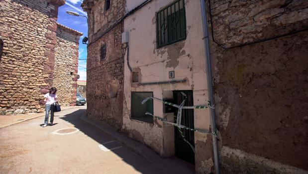 Casa en la que se ha producido el macabro hallazgo, con la puerta precintada por la Guardia Civil
