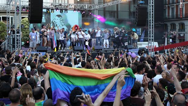 Una mulitud aclama a los pregoneros del Orgullo, celebrado el año pasado