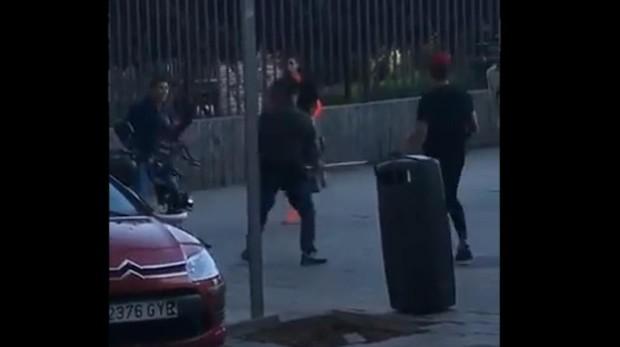 Dos jóvenes pelean en Lavapiés con un machete y una muleta como armas