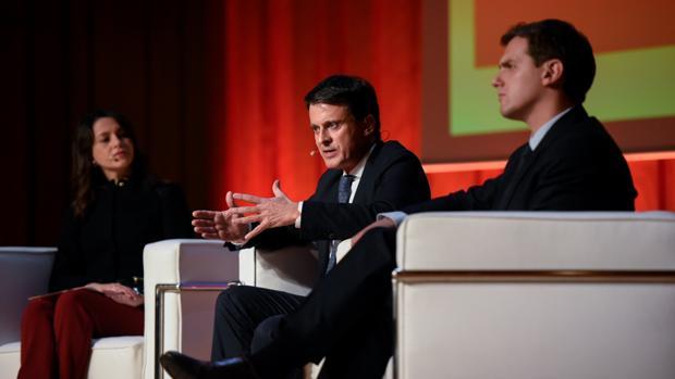 Arrimadas y Rivera escuchan a Valls en un acto por la Constitución, el pasado mes de diciembre