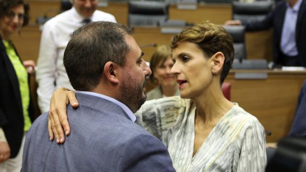 La secretaria general del PSN, María Chivite, abraza a Unai Hualde (Geroa Bai), presidente del Parlamento de Navarra