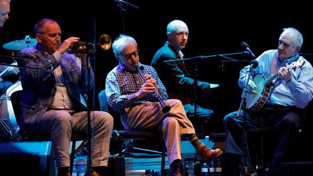 El director de cine y clarinetista Woody Allen (2-i), acompañado de The Eddy Davis New Orleans Jazz Band