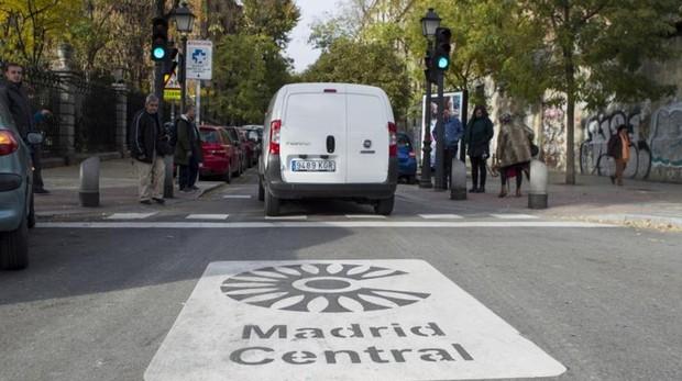 Una furgoneta se adentra en el área de Madrid Central