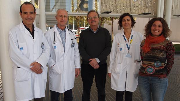 De derecha a izquierda, Dr. Joan Albanell, Dr. Ignacio Tusquets, Dr. Miguel López-Botet, Dra. Sonia Servitja y Dra. aura Muntasell