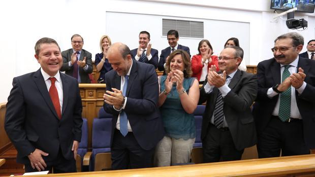 Emiliano García-Page recibe los aplausos de sus compañeros del PSOE