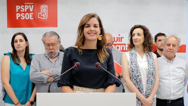 Imagen de Sandra Gómez junto al resto de concejales socialistas tomada este martes