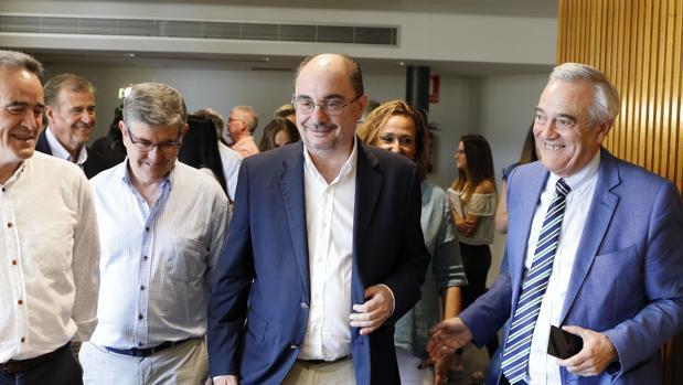 Lambán (en el centro), arropado por dirigentes del PSOE aragonés y diputados autonómicos
