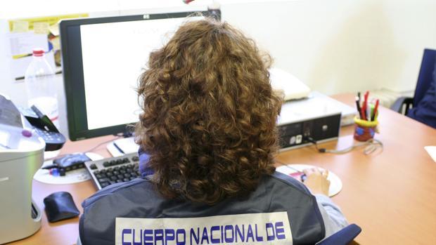 Imagen de archivo de uno de los miembros de la Brigada de Investigación Tecnológica de la Policía Nacional (BIT)