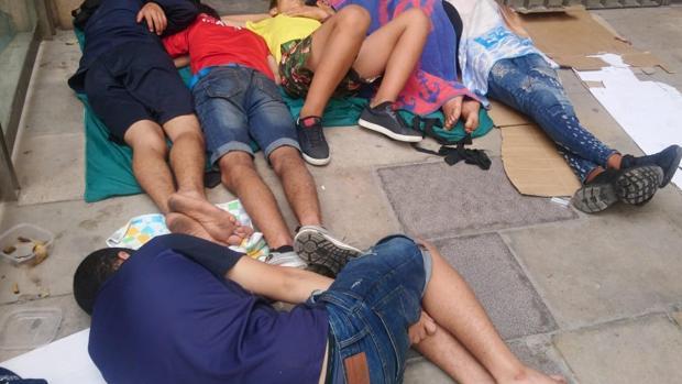 Imágen de los menores que duermen en el centro de Barcelona