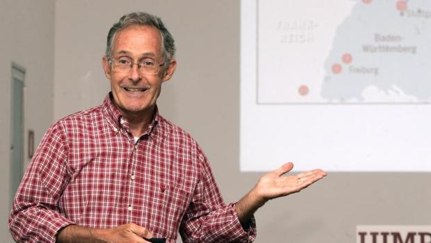 El profesor Angel Carracedo durante una conferencia sobre genética forense en casos de homicidio