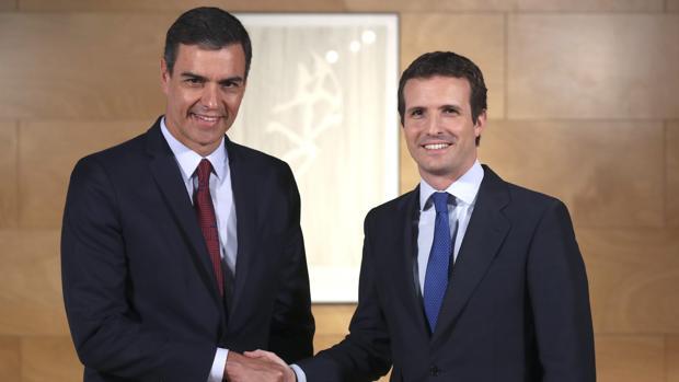 El presidente del Gobierno en funciones, Pedro Sánchez saluda al líder del PP, Pablo Casado, durante la entrevista que han mantenido en una nueva ronda de consultas para la investidura