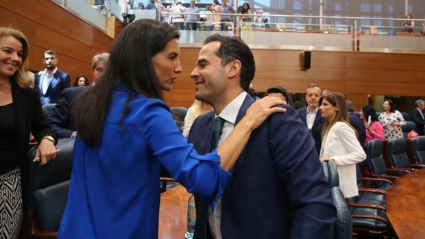 Rocío Monasterio e Ignacio Aguado se saludan durante el pleno de investidura sin candidato del miércoles en la Asamblea