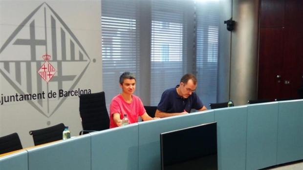 Lucía Martín y Jordi Rabassa, concejales del Ayuntamiento de Barcelona que han presentado el pacto.