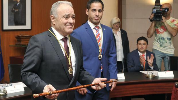 Miguel Gracia, con el bastón de mando. Es su segundo mandato seguido al frente de la DPH