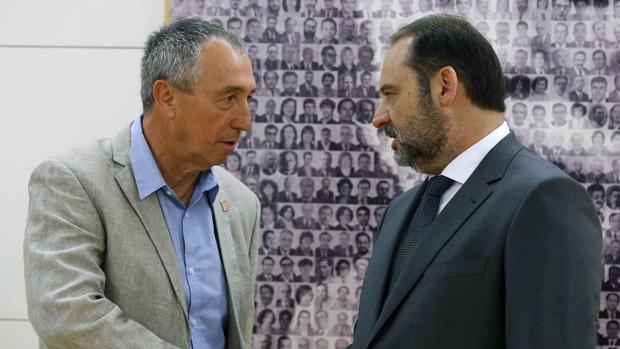 El portavoz de Compromís, Joan Baldoví, y el secretario de Organización del PSOE, José Luis Ábalos, hoy en el Congreso