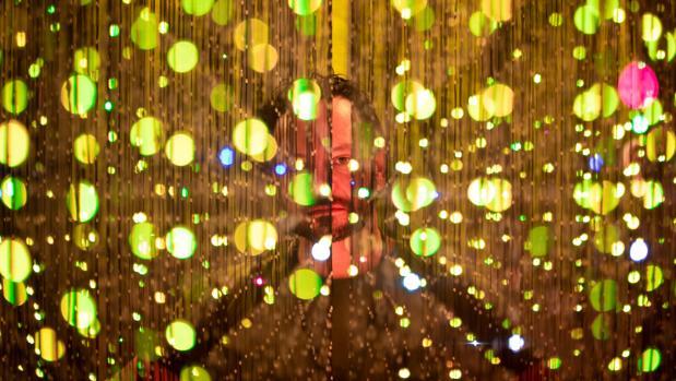 El artista Danilo Grande, posa junto a su creación Led-Pulse, una pantalla de leds 3D