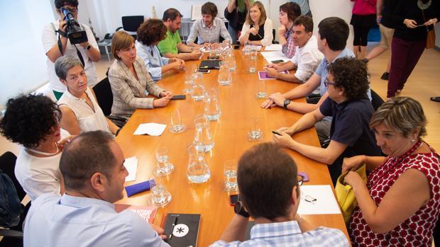 Los parlamentarios de PSN-PSOE, IU, Unidas Podemos y Geroa Bai, reunidos en el Parlamento navarro dentro de la ronda de contactos que mantienen para formar gobierno