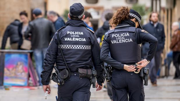Imagen de archivo de dos agentes de la Policía Local de Valencia