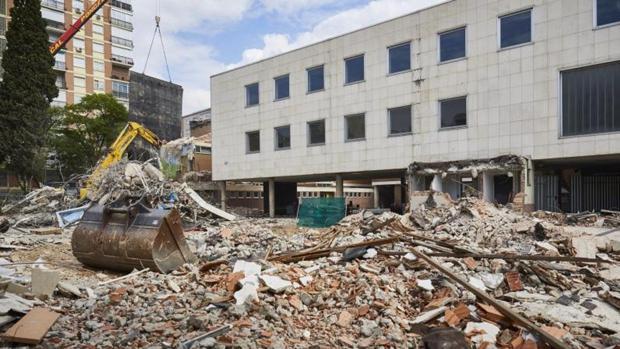 Las excavadoras arrastran los escombros del antiguo Colegio Alemán, en Concha Espina