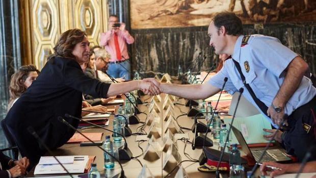 Colau saluda al comisario jefe de los Mossos, Eduard Sallent, en la reunión