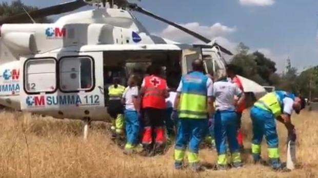 Un helicóptero del Summa 112 traslada a una mujer encontrada sumergida en la piscina