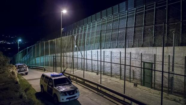 La Guardia Civil vigila la valla de Melilla, donde ayer se produjo el asalto masivo