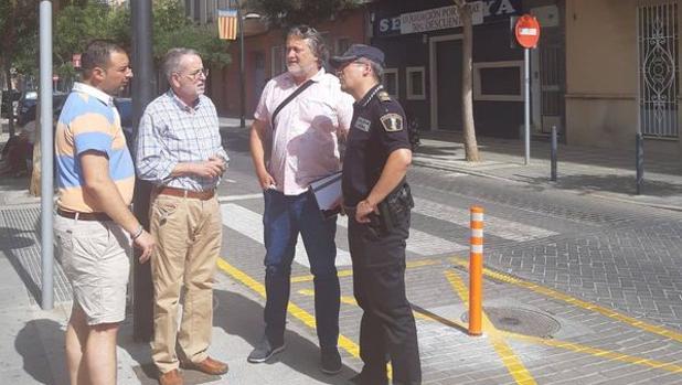 El alcalde de Albal, Ramón Marí, conversando con un agente de la Policía Local