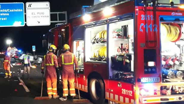 Imagen de dos bomberos en el lugar del accidente