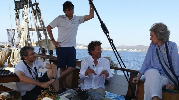 Doña Sofía participa en un acto de retirada de basuraleza en aguas de Mallorca