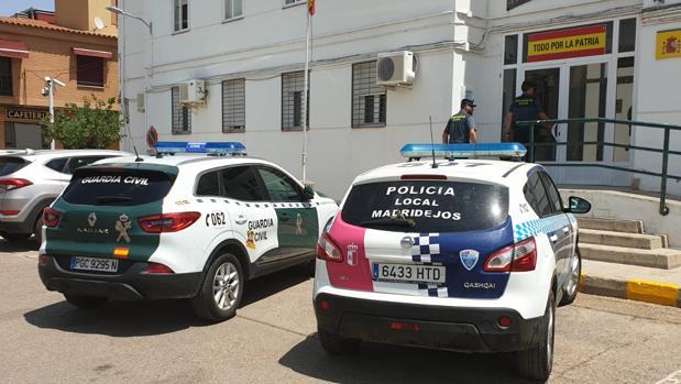 Un coche de la Guardia Civil y otro de la Policía local, este jueves, delante del cuartel del instituto armado en Madridejos