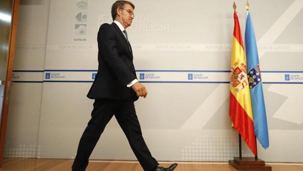 Alberto Núñez Feijóo se dirige al atril para dar la rueda de prensa posterior al Consello