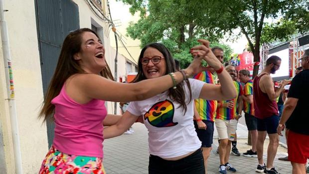 Imagen de Mónica Oltra y la consellera Miriea Mollá en la marcha del Orgullo Gay en Madrid