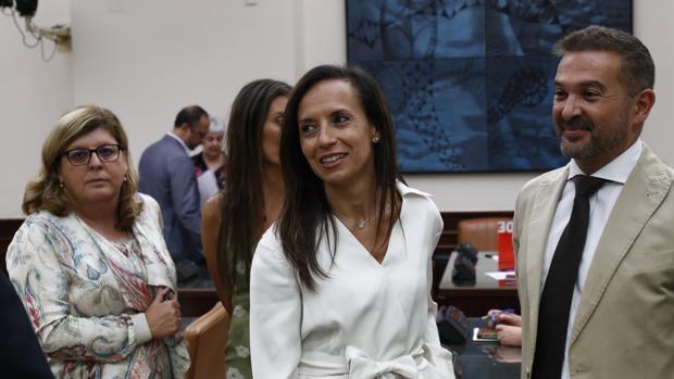 Beatriz Corredor (2d), presidenta de la Comisión de Justicia del Congreso