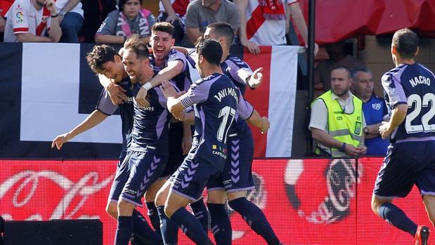 La plantilla del Real Valladolid durante el partido contra el Rayo Vallecano, que confirmó su permanencia