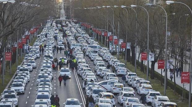 Competencia insta a Madrid a liberalizar el horario del taxi y no limitar a las VTC