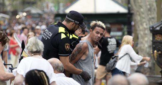 Una pareja de urbanos, identificando a un sospechoso el miércoles en La Rambla