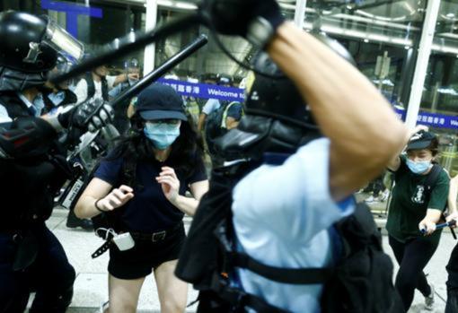 La Policía carga contra los concentrados en el aeropuerto de Hong Kong