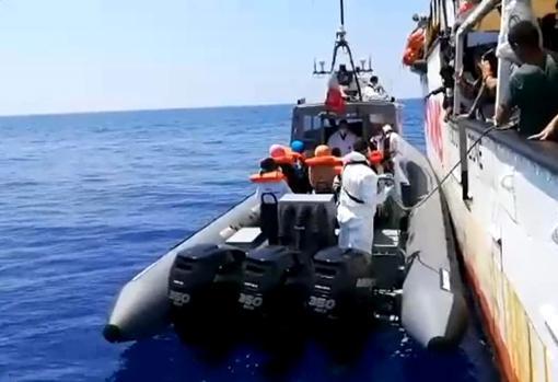 Centenares de personas piden un puerto seguro para el Open Arms y Ocean Viking