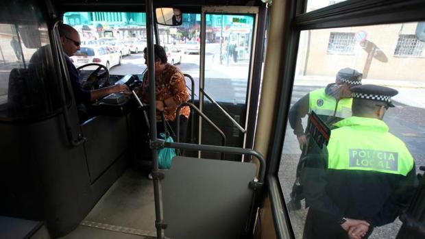 Agentes de Policía inspeccionan un autobús