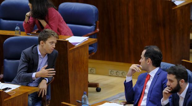 Íñigo Errejón habla con Ignacio Aguado durante el pleno