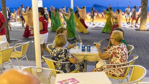 Turistas en el paseo de la Playa de Levante, a medianoche a principios de agosto