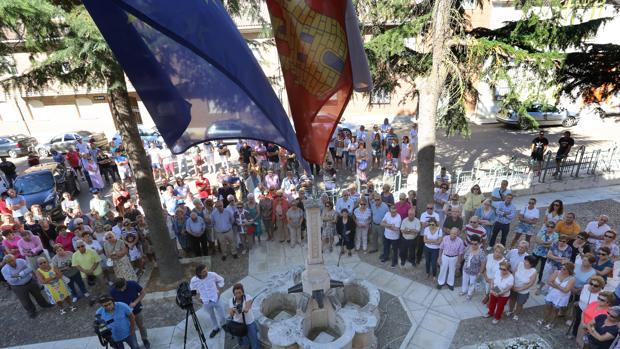 Vecinos de la localidad celebran una concentración en repulsa por el nuevo crimen machista registrado en Madrid, de una mujer natural de Paredes de Nava