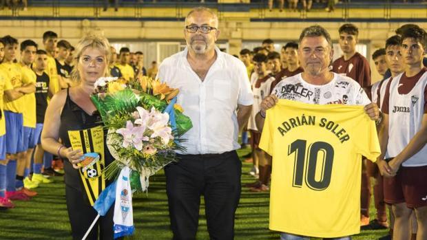 Los padres de Adrián Soler, junto al presidente del CD El Campello